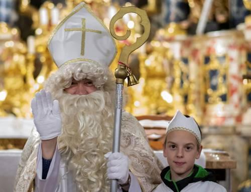 Prisluhnite večernim zgodbam o svetem Miklavžu